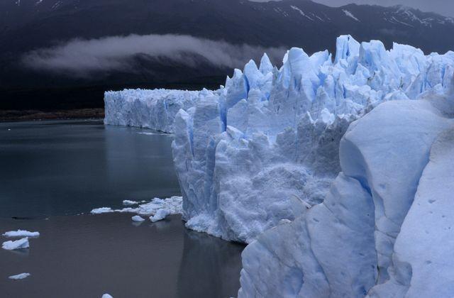 El Glaciar y las montañas.