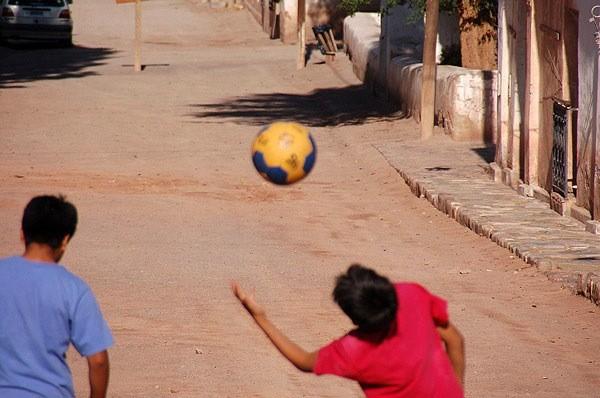 Chicos jugando a la pelota